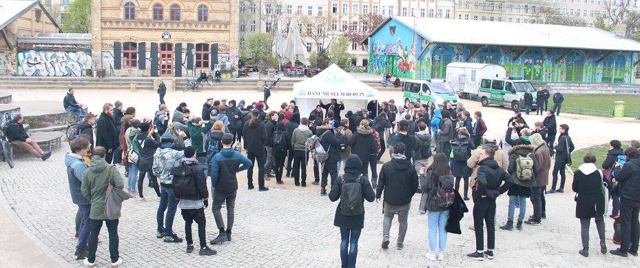 Gemeinsamer Infostand vom DHV, vom Hanf Museum und von der Hanfparade 4-20-Aktion 2017 im Görlitzer Park in Berlin