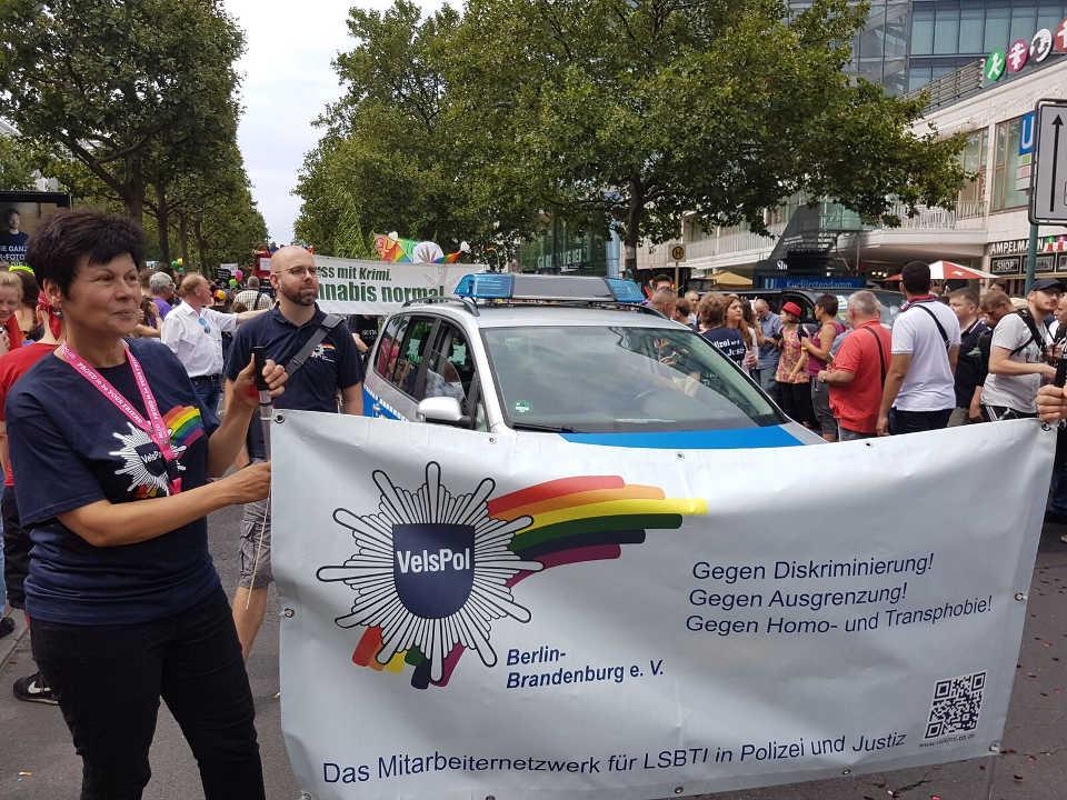CSD 2017 Fußgruppe der Hänflinge (Hanf Museum, Hanfparade, Deutscher Hanfverband) platzierte sich direkt hinter Polizei und Justiz