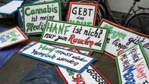 Foto mit Spruch-Schildern zur Demonstration Hanfparade